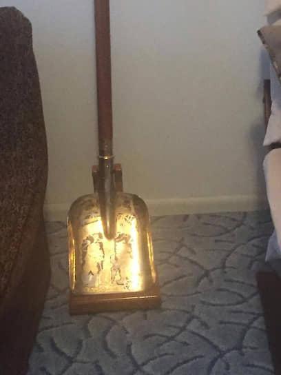В январе 2017 года украинские следователи при обыске у бывшего заместителя генпрокурора страны Рената Кузьмина обнаружили золотую лопату. По размеру она не отличается от обычной садовой лопаты, но при этом полностью изготовлена из драгоценного металла