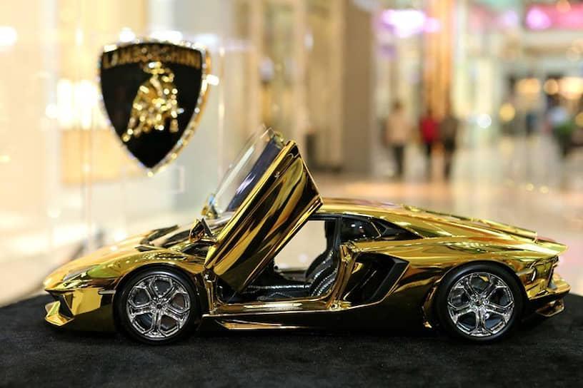 В 2014 году немецкий конструктор Роберт Гюльпен создал золотую модель Lamborghini Aventador LP 700–4 в уменьшенной копии стоимостью $7,3 млн. Корпус автомобиля выполнен из углеродного волокна, покрытого золотом общим весом 500 кг, и отделан платиной. Впоследствии были сделаны рабочие модели авто, покрытые золотом, стоимостью свыше $5,2 млн