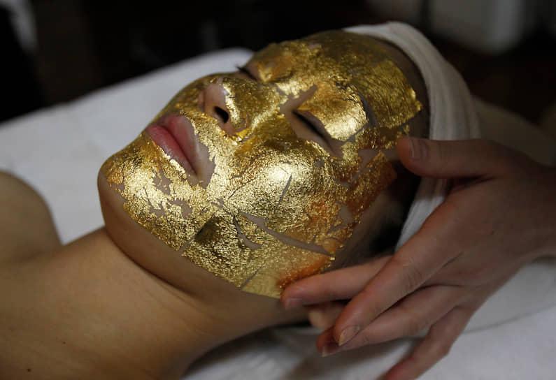Считается, что еще Клеопатра наносила золотые косметические маски на лицо, чтобы сохранить молодость. Эта процедура практикуется и в наши дни <br> На фото: косметолог наклеивает золотую маску на лицо клиентки в салоне красоты в столице Вьетнама Ханое