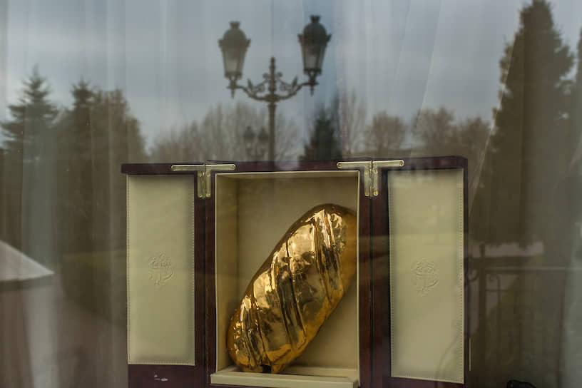 В феврале 2014 года в резиденции экс-президента Украины Виктора Януковича «Межигорье» было найдено ювелирное пресс-папье из золота в виде батона весом 2 кг. Весной 2015 года золотой батон бесследно исчез из резиденции. Прокуратура возбудила дело, но позже закрыла его «из-за отсутствия состава преступления», а сам золотой батон экс-президента назвала «мифом»