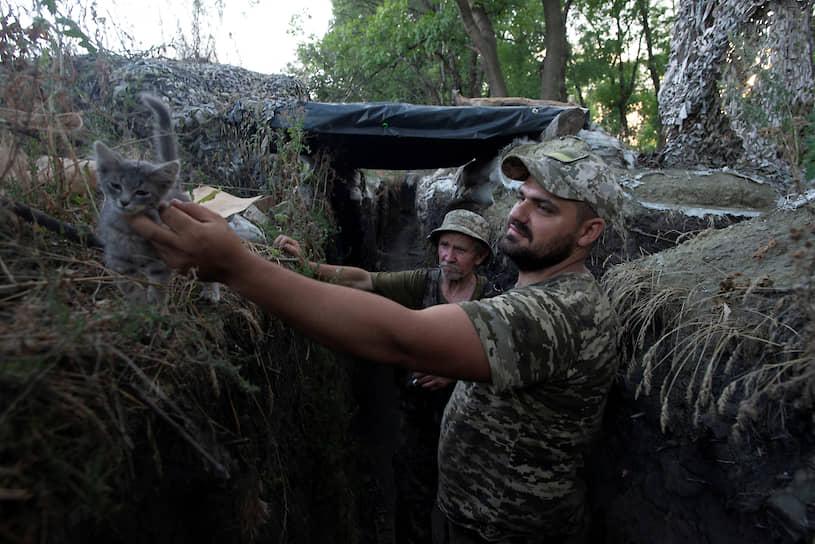 Новотошковское, Луганская область. Украинские военные в окопе