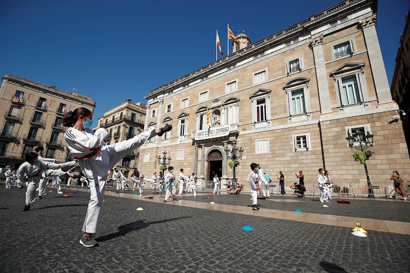 Барселона, Испания. Показательные выступления по тхэквондо в рамках акции протеста из-за закрытия спортзалов