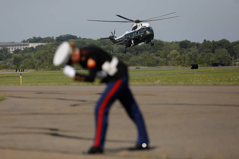 Морристаун, штат Нью-Джерси, США. Морской пехотинец встречает вертолет с президентом Дональдом Трампом