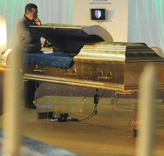 В 2010 году на выставке предметов роскоши и яхт в Вероне был выставлен гроб, покрытый золотом 24 карат стоимостью свыше $400 млн