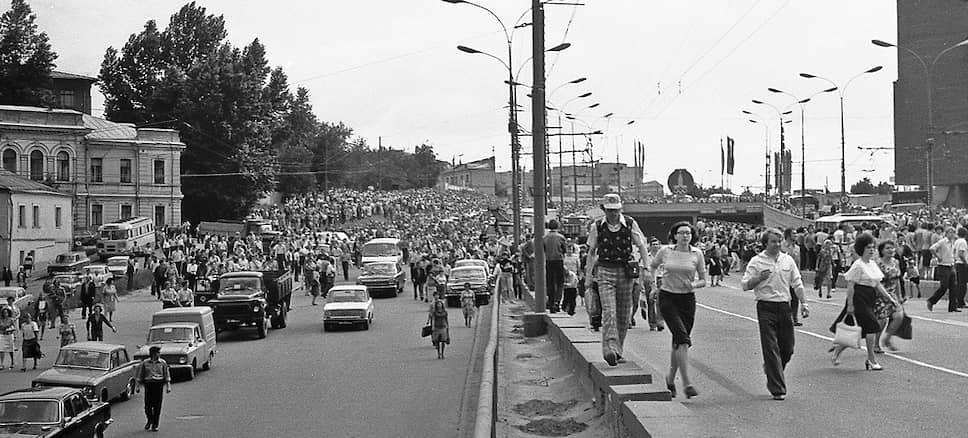 По данным советской милиции, проститься с Высоцким пришло примерно 108 тысяч человек. Однако очевидцы утверждали, что эти цифры были занижены: на самом деле людей было больше в три или четыре раза. Поклонники приезжали проститься с бардом из всех республик СССР