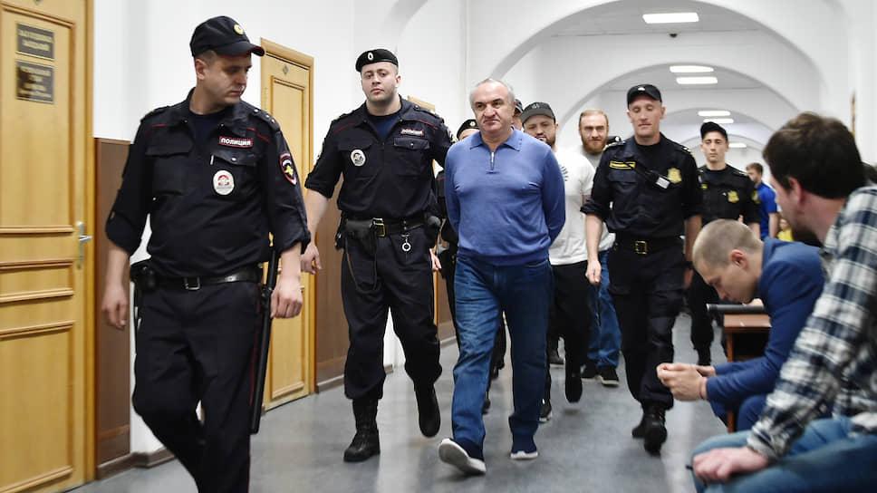 Бывший депутат Народного собрания КЧР Рауль Арашуков (в центре)