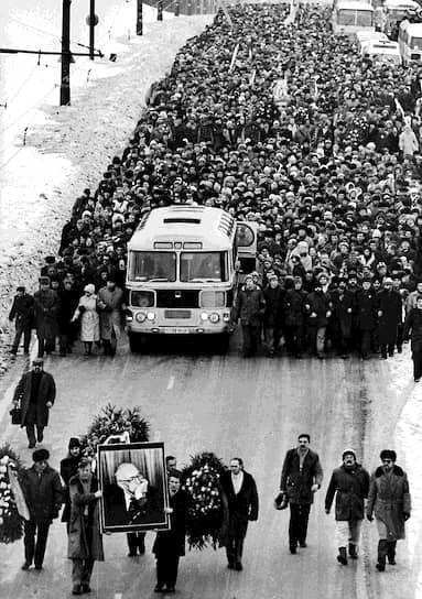 Следующими похоронами, сравнимыми по числу провожающих людей, стали похороны физика-теоретика, академика АН СССР и правозащитника Андрея Сахарова. Они состоялись 18 декабря 1989 года на Востряковском кладбище в Москве и превратились в манифестацию, на которую пришли сотни тысяч человек