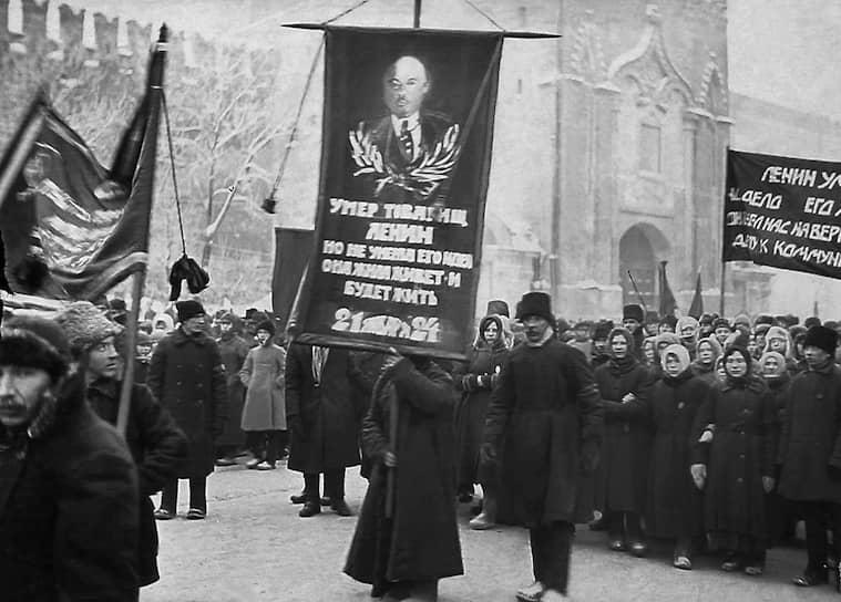 25 января было решено построить для тела вождя «склеп». По проекту архитектораАлексея Щусева был спешно возведен деревянный Мавзолей (в 1930 году заменен на гранитный). 27 январятраурная процессия двинулась на Красную площадь, где после митинга гроб был помещен в Мавзолей.За первые несколько дней проститься с Лениным пришли более 100 тыс. человек (в Москве тогда проживало около 1,5 млн)