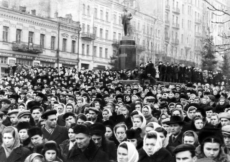 Генсек ЦК КПСС Иосиф Сталин умер 5 марта 1953 года. После смерти его тело было перевезено в лабораторию для проведения фиксации тканей на время прощания в Колонном зале Дома союзов. К гробу выстраивались многокилометровые очереди. Прощание длилось три дня, за это время проститься со Сталиным пришли около 2 млн человек