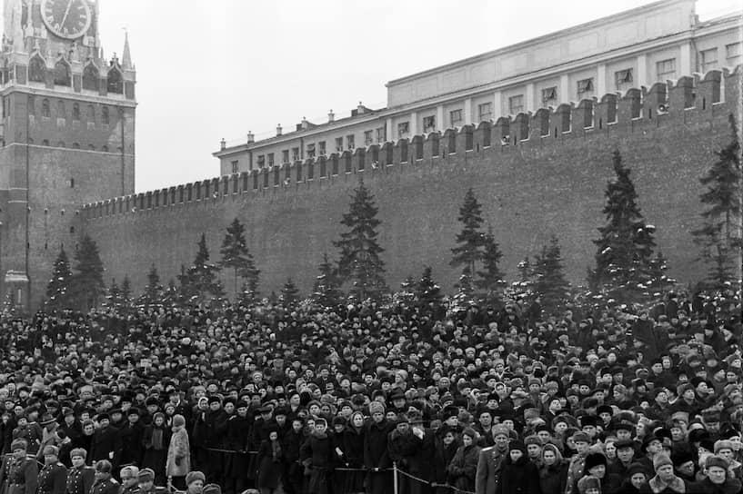9 марта саркофаг сзабальзамированным телом Сталина установили рядом с саркофагом тела Ленина в Мавзолее. Во время похорон на Трубной площади в Москве возникла давка, жертвами которой стали по разным данным от нескольких сот до двух тыс. человек.В 1961 году по решению XXII съезда КПСС тело Сталина было вынесено из Мавзолея и погребено в могиле у Кремлевской стены