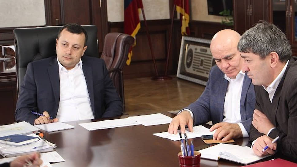 Исполняющий обязанности главы администрации Дербентского района Фуад Шихиев (слева)
