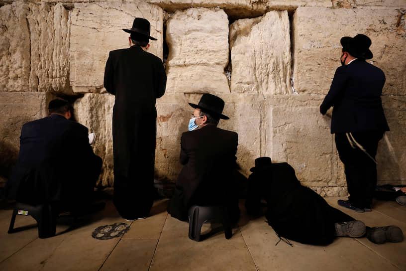 Иерусалим, Израиль. Верующие молятся возле Стены плача