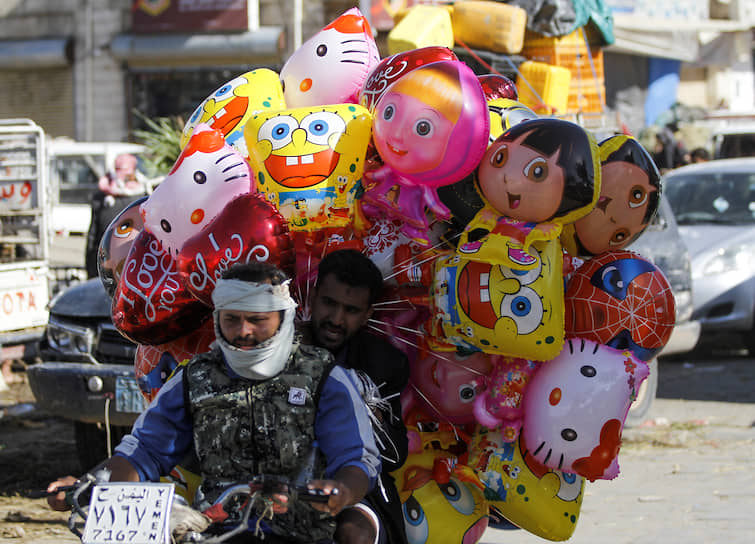 Сана, Йемен. Мужчины везут воздушные шары