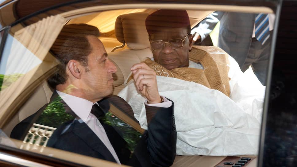 Президент Нигера Мамаду Танджа (на фото с президентом Франции Николя Саркози) был одержим идеей остаться у власти на третий срок и не слушал ничьих возражений. Переубедить Танджу удалось только армии