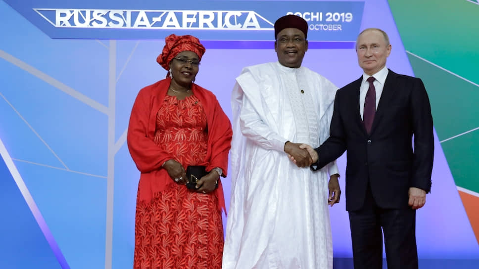 В 2019 году Махамаду Иссуфу стал первым президентом Нигера, побывавшим в нашей стране. Его сопровождала одна из двух первых леди Нигера Хадижа Аиссата Иссуфу (вторую жену зовут Лалла Малика Иссуфу).
