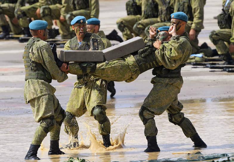 Военнослужащие во время показательных выступлений в Алабино