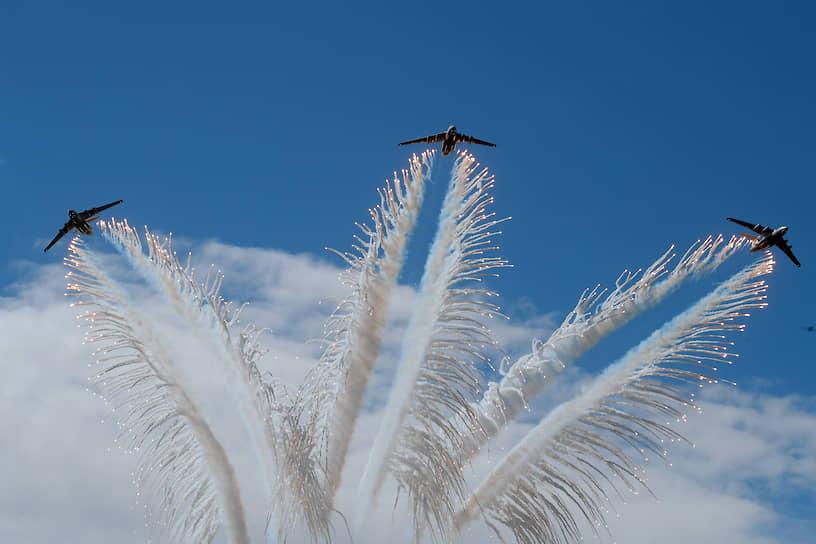 Военная авиация во время праздничного салюта в Алабино