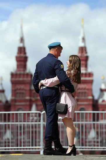 Десантник с подругой на Красной площади