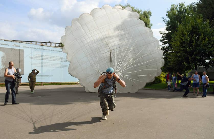 Десантник с парашютом в Парке Горького