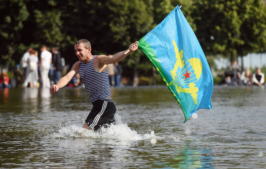 Многие бывшие десантники в этот день охлаждаются в фонтанах<br> На фото: фонтан в Парке Горького