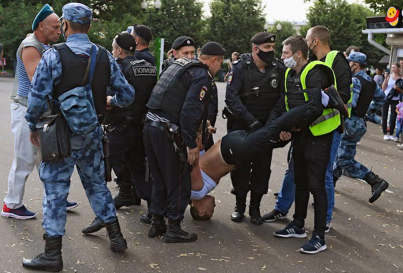 В Парке Горького не обошлось без драк в Москве — один из десантников устроил потасовку с сотрудником Росгвардии, после чего начались столкновения