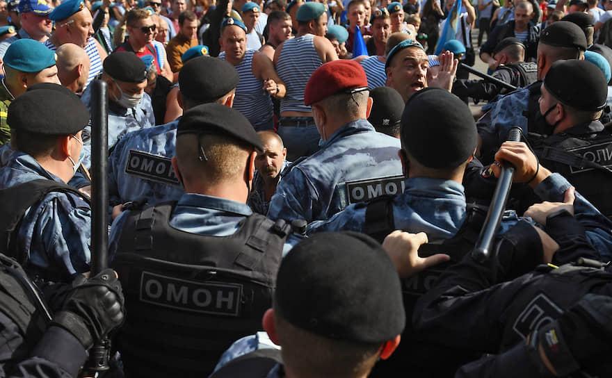 Несколько десантников были задержаны, один росгвардеец получил травмы