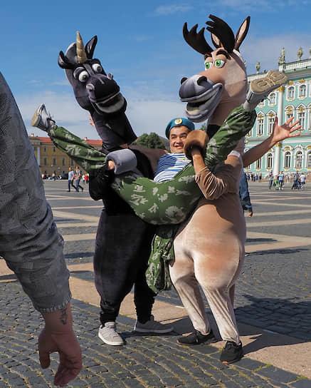 Днем рождения воздушно-десантных войск считается 2 августа 1930 года, когда на учениях под Воронежем впервые на парашютах было десантировано подразделение в составе 12 человек<br>На фото: празднование Дня ВДВ в Санкт-Петербурге