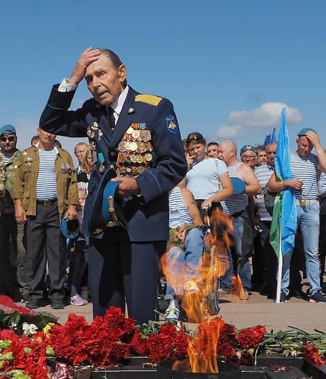 Церемония возложения цветов в Санкт-Петербурге