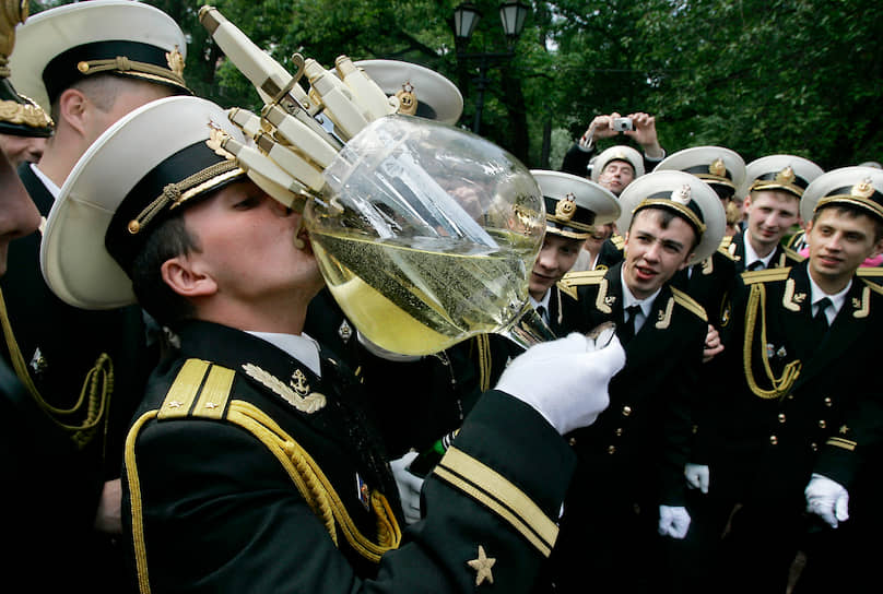 Огромный бокал с кортиками, подаренный в 2008 году выпускникам Санкт-Петербургского военно-морского института
