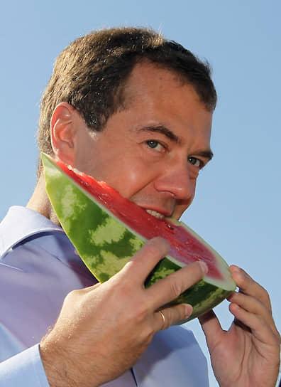 Арбузы в России настолько популярны, что их выращивают даже в средней полосе <br> На фото: президент РФ Дмитрий Медведев ест арбуз на колхозно-фермерском хозяйстве «Грачиное» в Саратовской области, 2010 год