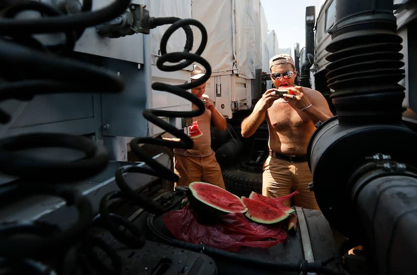 Калорийность арбуза составляет 25-35 ккал на 100 грамм. Он почти не содержит жиров и белков<br> На фото: водители-дальнобойщики с арбузами