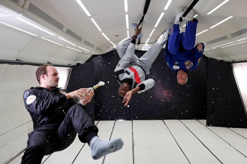 Восьмикратный олимпийский чемпион Усэйн Болт отмечает победу в забеге в условиях невесомости. Соревнование прошло в 2018 году на модифицированном самолете Airbus Zero-G