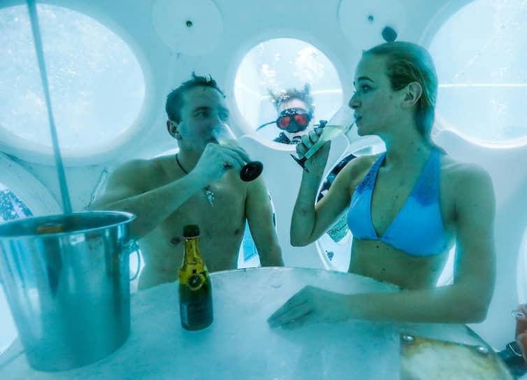 Бельгийцы пьют шампанское в подводном ресторане The Pearl на глубине 5 метров