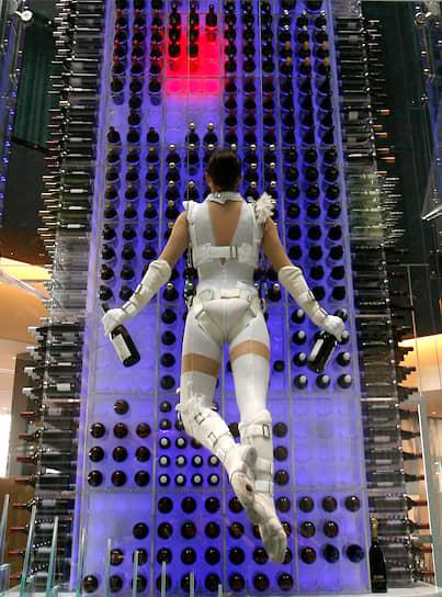В 2009 году в аэропорту Цюриха открылся отель Radisson, который предложил гостям необычную услугу. Игристые вина клиентам доставляли летающие «ангелы» — воздушные гимнасты