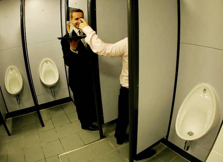В 2005 году в Лондоне шампанское разливали даже посетителям туалетов, открывшихся после реконструкции