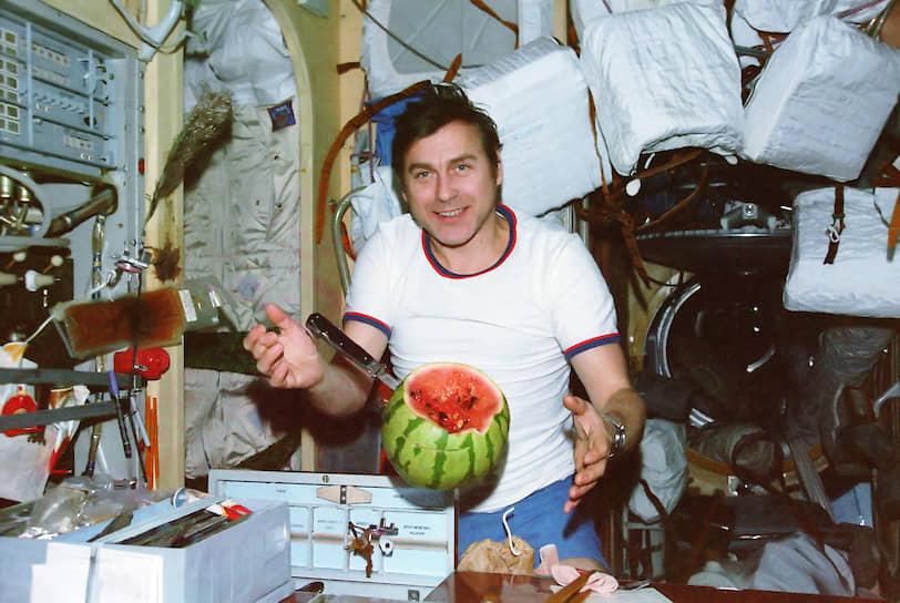 В 1987 году арбуз побывал в космосе на станции «Мир»<br> На фото: космонавт Александр Александров с арбузом, доставленным грузовым кораблем «Прогресс-31»