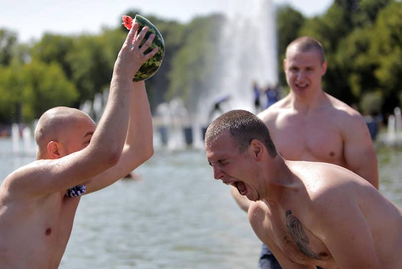 Разбитие стеклянной бутылки или кирпича о голову – один из самых зрелищных трюков десантников. Но в день ВДВ в ход идут даже арбузы