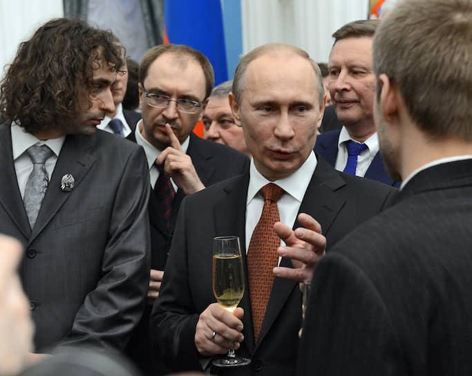 Без шампанского не обходятся торжественные приемы и вручения государственных наград в Кремле<br> На фото: президент РФ Владимир Путин, 2013 год