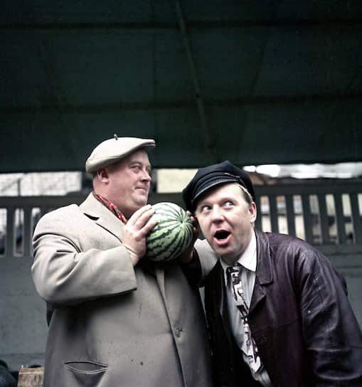 Актер Евгений Моргунов и артист цирка Олег Попов выбирают арбуз, 1954 год