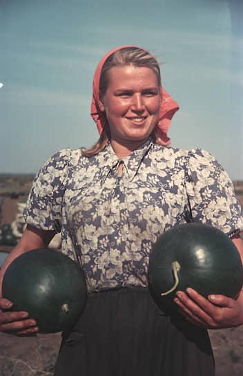 Учетчица-заправщица Назарьевской машинно-тракторной станции Алтайского края Любовь Серова, 1954 год