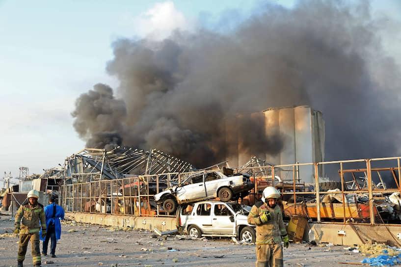 По словам губернатора Бейрута, перед взрывом в порту был пожар. Тушить огонь выехала пожарная команда из 10 человек. Связь с ней потеряна