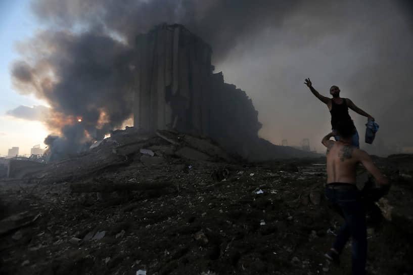 Почти все районы города завалены осколками и пеплом