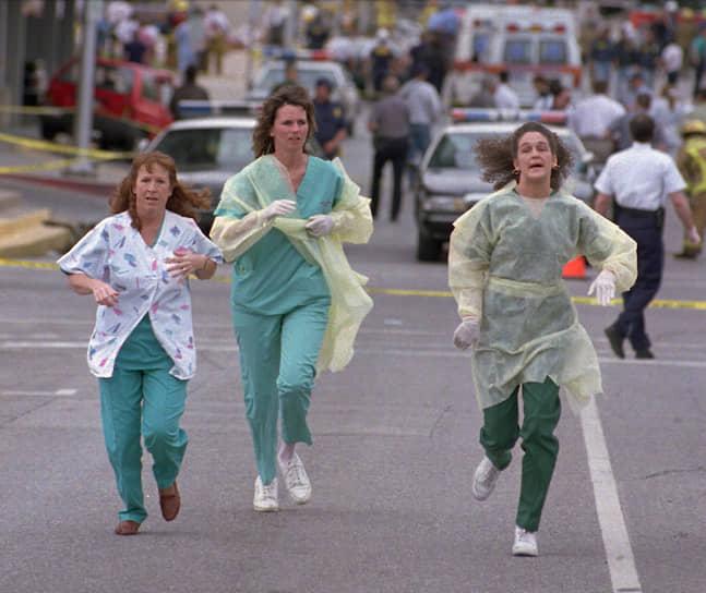 Взрыв разрушил или повредил 324 здания в радиусе 16 кварталов, уничтожил 86 автомобилей и выбил стекла домов в радиусе 4,5 км. Террористами оказались ультраправые радикалы Тимоти Маквей и Терри Николс