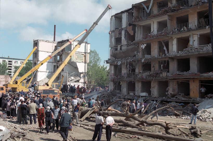 2700 кг взрывчатки находилось в грузовике ГАЗ-52, который в 21:45 подъехал к пятиэтажному дому в Буйнакске и взорвался. Второй грузовик, ЗИЛ-130, был обезврежен возле госпиталя через два часа после первого взрыва