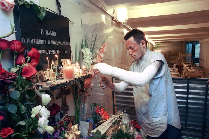 Через несколько дней после взрыва в подземном переходе открылись уцелевшие ларьки и мемориальная доска «В память о погибших и пострадавших в результате террористического акта 8 августа 2000 года»