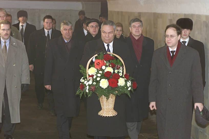 В 2001 году во время визита в Россию Госсекретарь США Колин Пауэлл (в центре) почтил память жертв и возложил цветы к памятному знаку на месте взрыва