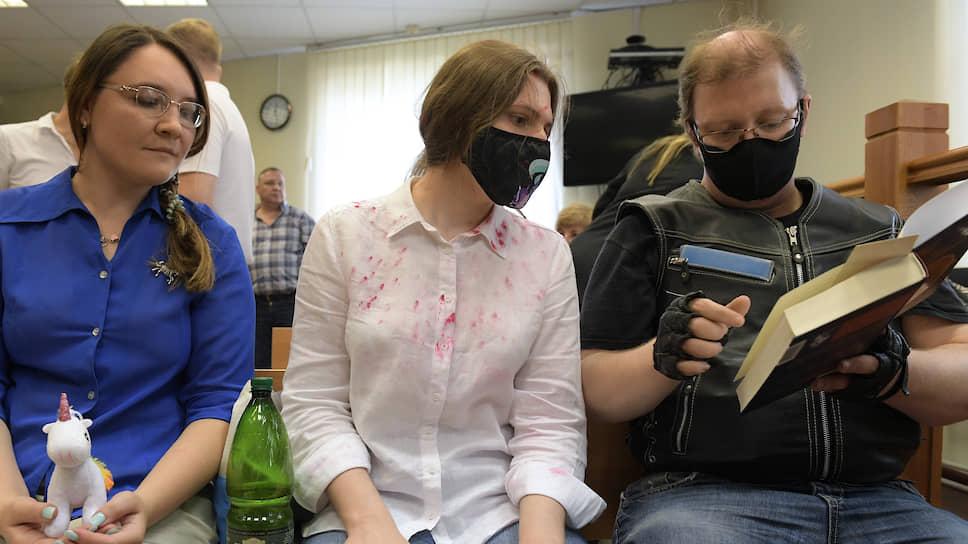 Мария Дубовик, Анна Павликова (в центре) и Максим Рощин