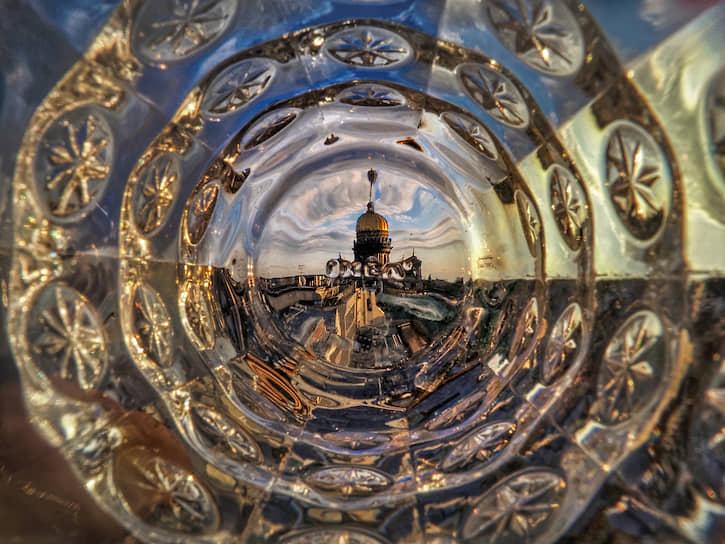 Санкт-Петербург. Вид на Исаакиевский собор через хрустальную вазу