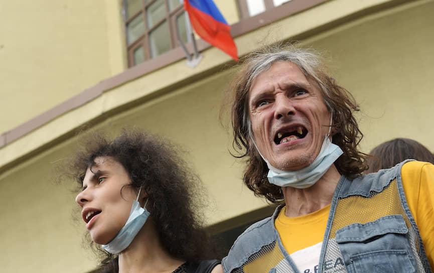 Москва, Россия. Сторонники фигурантов дела «Нового величия» перед зданием суда