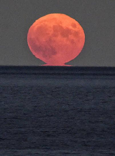 Ялта, Крым. Луна над Черным морем